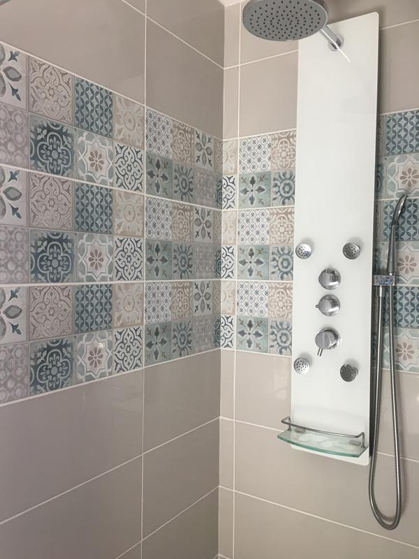 Fa ence mur blanc et bleu decor haussmann carreau ciment - Leroy merlin carreau ciment ...