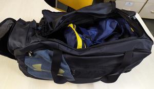 Mochila com outra bag dentro, compartimento do tênis aberto.