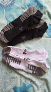 Dois pares de meias. Um branco e outro preto.