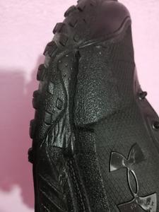 Así se ven mis botas, rotas por los bordes del empeine.